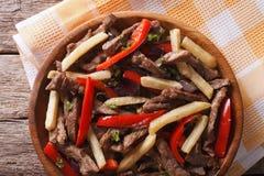 Peruwiański jedzenie: Lomo saltado zakończenie na talerzu horyzontalny wierzchołek Zdjęcia Stock