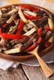 Peruwiański jedzenie: Lomo saltado zakończenie na talerzu pionowo Zdjęcia Royalty Free