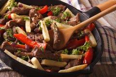 Peruwiański jedzenie: Lomo saltado zakończenie w smaży niecce horyzontalny Fotografia Stock