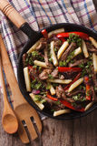 Peruwiański jedzenie: Lomo saltado zakończenie w smaży niecce pionowo t Zdjęcie Stock