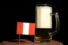 Peruwiańska flaga z piwnym kubkiem na czerni Zdjęcia Royalty Free