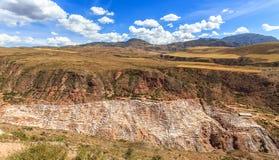 Peruwiański Andes krajobraz z solankowymi kopalniami i basenami Salineras Obrazy Royalty Free