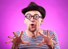 Pervers mannerden i hatt trycker på imaginära klantskallar arkivbild