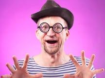 Pervers mannerden i hatt trycker på imaginära klantskallar Arkivfoton