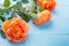 Perzik gekleurde rozen op de lijst Royalty-vrije Stock Foto's