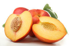 Perzik met geïsoleerdn blad Stock Fotografie