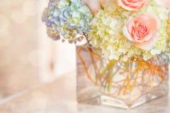 Perzik Rose Blue Hydrangea Glass Vase Royalty-vrije Stock Afbeeldingen