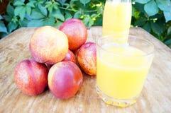 Perzik smoothies en verse nectarines Het concept dieet, detox, veganist Royalty-vrije Stock Afbeeldingen