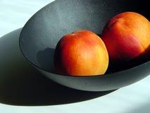 Perziken in een kom Stock Afbeeldingen