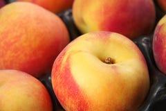 Perziken in een krat Stock Afbeeldingen