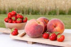 Perziken en Aardbeien stock afbeeldingen