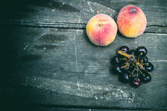 Perziken en kersen Stock Afbeeldingen