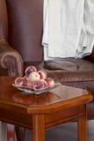 Perziken op de koffietafel Stock Foto's