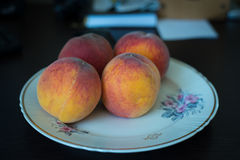 Perziken op een plaat Stock Foto