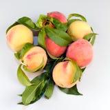 Perziken op Lijst Royalty-vrije Stock Afbeeldingen