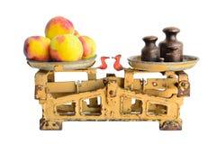 Perziken op oude schalen Royalty-vrije Stock Foto's