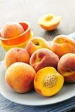 Perziken op plaat Stock Afbeelding