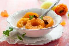 Perziken in stroop stock foto's