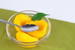 Perziken in zoete stroop. Stock Afbeeldingen