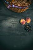 Perzikenkersen en picknickmand Royalty-vrije Stock Afbeelding