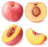 Perzikfruit gesneden die inzameling op witte achtergrond wordt geïsoleerd Royalty-vrije Stock Foto