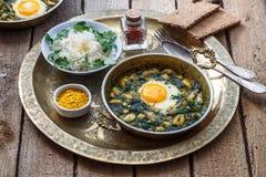 Perzisch ontbijt met eieren, boon en dille in koperpan Royalty-vrije Stock Foto's