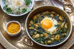 Perzisch ontbijt met eieren, boon en dille in koperpan Royalty-vrije Stock Fotografie