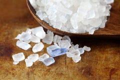 Perzische blauwe zoute kristal macromening Mineraal zout natrium-chloride van Semnan Iran Houten natuurvoedingspecerij Stock Fotografie