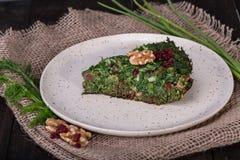 Perzische Gemengde kruidenfrittata met berberis en okkernoot Kuku Stock Foto