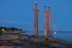 Épées de Hafrsfjord dans la nuit de roche Image stock
