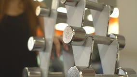 Pesa de gimnasia de elevación del entrenamiento de la fuerza de la mujer del gimnasio almacen de video
