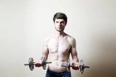 Pesa de gimnasia de elevación del hombre Imagen de archivo