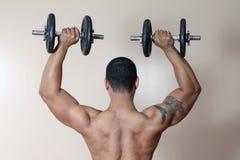 Pesa de gimnasia de elevación masculina fuerte Fotografía de archivo