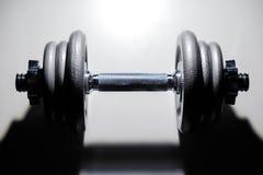 Pesa de gimnasia del hierro en el fondo blanco Fotos de archivo
