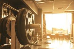 Pesa de gimnasia en barbell en entrenamiento de la aptitud del centro del club Imagen de archivo