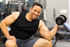 Pesa de gimnasia muscular del hombre Imágenes de archivo libres de regalías
