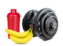 Pesa de gimnasia negra con la coctelera del plátano y de la proteína Foto de archivo libre de regalías