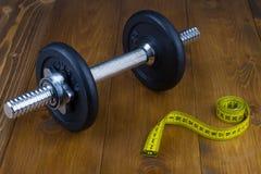 Pesa de gimnasia y cinta métrica Fotografía de archivo libre de regalías