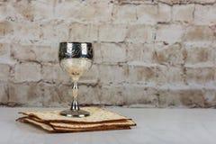 Pesach了不起的犹太假日的逾越节标志 传统发酵的硬面、matzah或者未发酵的面包和酒在葡萄酒银盘和玻璃 免版税库存照片