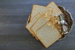 Pesach życie z wina i matzoh passover żydowskim chlebem zdjęcie royalty free