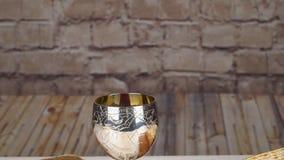 Pesach matzopåskhögtid med judiskt påskhögtidbröd för vin och för matzoh lager videofilmer