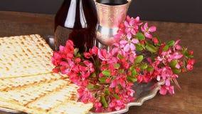 Pesach-Stillleben mit jüdischem Passahfestbrot des Weins und des Matzoh stock video