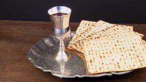 Pesach-Stillleben mit jüdischem Passahfestbrot des Weins und des Matzoh stock footage