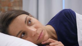 Pesadilla, mujer hispánica durmiente trastornada por sueño asustadizo almacen de video