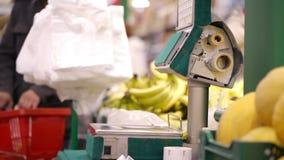 Pesage des bananes dans la boutique. banque de vidéos