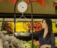 Pesage des fruits au supermarché Photographie stock