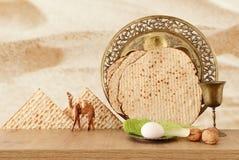 Pesah świętowania pojęcie & x28; żydowski Passover holiday& x29; nad drewnianym stołem obrazy royalty free