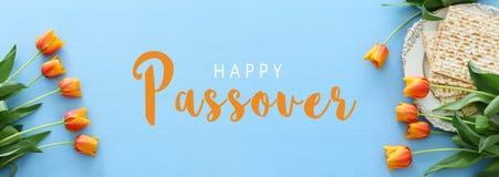 Pesah świętowania pojęcie & x28; żydowski Passover holiday& x29; nad zielonym tłem Odgórnego widoku mieszkanie nieatutowy obrazy royalty free