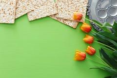 Pesah świętowania pojęcie & x28; żydowski Passover holiday& x29; nad zielonym tłem Odgórnego widoku mieszkanie nieatutowy zdjęcie stock