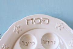 Pesah berömbegrepp (judisk påskhögtidferie) med vin och matza arkivfoton